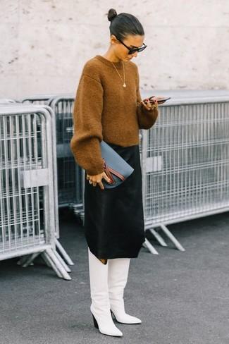 Comment porter: pull surdimensionné marron clair, jupe mi-longue noire, bottes hauteur genou en cuir blanches, pochette en cuir bleue