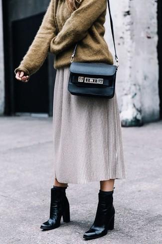 Comment porter: pull surdimensionné marron, jupe mi-longue en laine grise, bottines en cuir noires, sac bandoulière en cuir noir