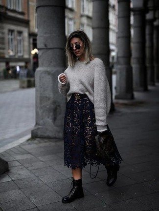 Comment porter: pull surdimensionné gris, jupe mi-longue en dentelle noire, bottines plates à lacets en cuir noires, sac à dos en cuir imprimé noir