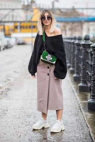Comment porter: pull surdimensionné noir, jupe mi-longue fendue beige, chaussures de sport blanches, sac bandoulière en daim vert