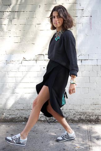 Comment porter: pull surdimensionné gris foncé, jupe mi-longue fendue noire, chaussures de sport grises, cartable en cuir vert menthe