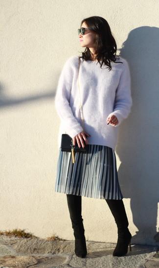Comment porter: pull surdimensionné en mohair beige, jupe mi-longue plissée grise, cuissardes en daim noires, sac bandoulière en cuir noir