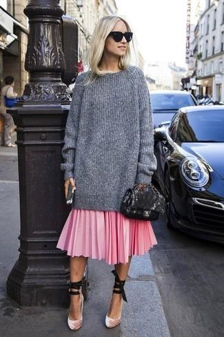 Comment porter: pull surdimensionné en tricot gris, jupe mi-longue plissée rose, escarpins en velours roses, cartable en cuir noir