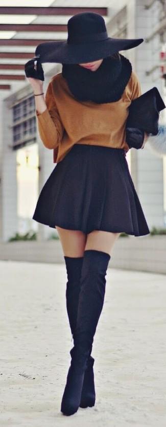 Comment porter: pull surdimensionné tabac, jupe patineuse noire, cuissardes en daim noires, pochette en fourrure noire