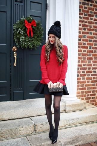 Comment porter: pull surdimensionné rouge, jupe patineuse noire, escarpins en cuir noirs, pochette pailletée noire