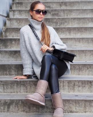 Comment porter des leggings en cuir noirs: Pense à marier un pull surdimensionné en tricot gris avec des leggings en cuir noirs pour un look confortable et décontracté. Jouez la carte décontractée pour les chaussures et opte pour une paire de des bottes ugg beiges.