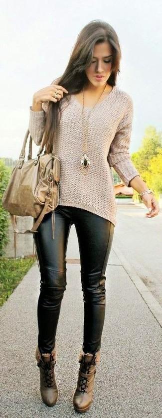 Comment porter: pull surdimensionné beige, leggings en cuir noirs, bottines à lacets en cuir marron, sac fourre-tout en cuir marron clair