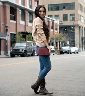 Comment porter: pull surdimensionné en tricot marron clair, jean skinny bleu, bottes mi-mollet en cuir marron foncé, sac bandoulière en cuir bordeaux