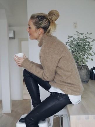 Comment porter: pull surdimensionné marron clair, t-shirt à col rond blanc, pantalon slim en cuir noir, bottines en cuir noires