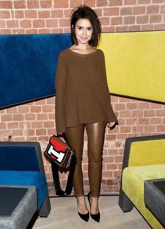 Comment porter: pull surdimensionné en tricot marron, pantalon slim en cuir marron, escarpins en daim noirs, cartable en cuir multicolore