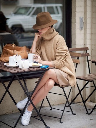 Comment porter: pull surdimensionné marron clair, minijupe marron clair, baskets basses blanches, sac fourre-tout en cuir marron clair