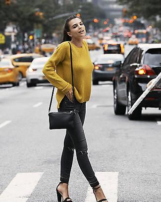Comment porter: pull surdimensionné moutarde, jean skinny déchiré noir, sandales à talons en daim noires, sac bandoulière en cuir noir