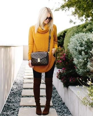 Comment porter: pull surdimensionné moutarde, leggings noirs, cuissardes en daim marron foncé, sac bandoulière en cuir imprimé marron foncé