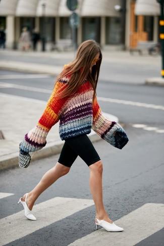 Comment porter: pull surdimensionné en tricot multicolore, short cycliste noir, mules en cuir blanches, lunettes de soleil orange