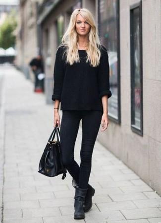 Comment porter: pull surdimensionné noir, jean skinny noir, bottines en daim noires, sac fourre-tout en cuir noir