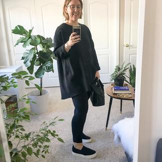 Comment porter: pull surdimensionné noir, leggings noirs, baskets à enfiler noires, sac fourre-tout en cuir noir