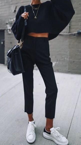 Comment porter: pull surdimensionné en tricot noir, pantalon de costume noir, baskets basses en cuir blanches, sac bourse en cuir noir