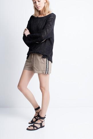 Comment porter: pull surdimensionné noir, short beige, sandales spartiates en cuir noires