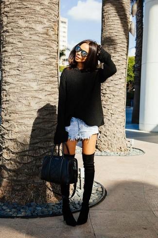 Harmonise un pull surdimensionné noir avec un short en denim bleu clair pour une tenue idéale le week-end. D'une humeur audacieuse? Complète ta tenue avec une paire de des cuissardes en daim noires.