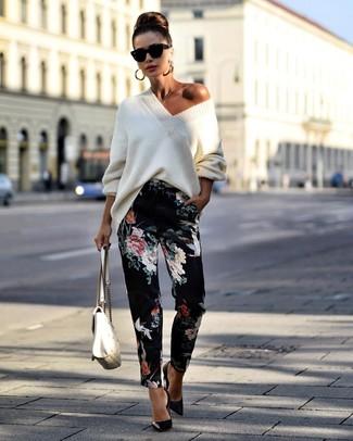 Comment porter: pull surdimensionné en tricot blanc, pantalon carotte à fleurs noir, escarpins en cuir noirs, cartable en cuir matelassé blanc
