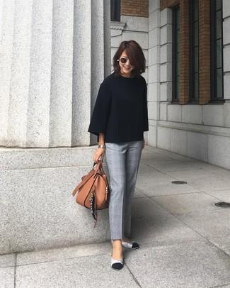 Comment porter: pull surdimensionné noir, pantalon de costume écossais gris, ballerines en cuir argentées, sac fourre-tout en cuir marron
