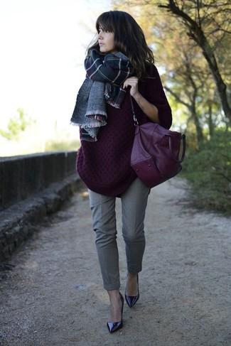Comment porter: pull surdimensionné en tricot pourpre foncé, pantalon de costume gris, escarpins en cuir pourpre foncé, cartable en cuir pourpre