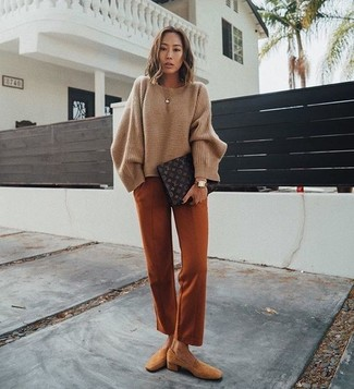 Comment porter: pull surdimensionné marron, pantalon de costume tabac, slippers en daim marron clair, pochette en cuir imprimée marron foncé