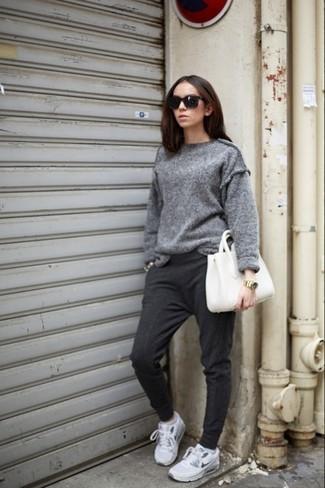Porte un pull surdimensionné gris et un pantalon de jogging gris foncé pour un look confortable et décontracté. Pourquoi ne pas ajouter une paire de des chaussures de sport grises à l'ensemble pour une allure plus décontractée?