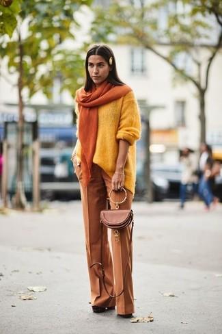 Comment porter: pull surdimensionné jaune, pantalon large tabac, escarpins en daim épaisses marron, sac bandoulière en cuir marron