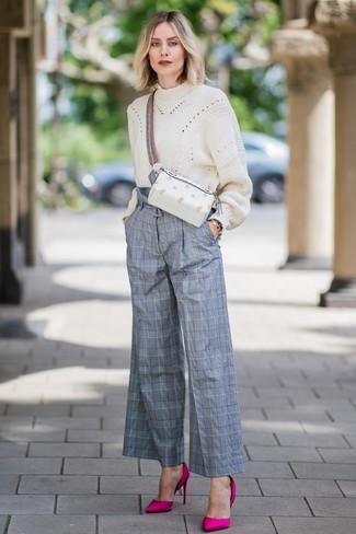 Tendances mode femmes: Associe un pull surdimensionné en tricot beige avec un pantalon large écossais gris pour une tenue idéale le week-end. Une paire de des escarpins en satin fuchsia est une option parfait pour complèter cette tenue.