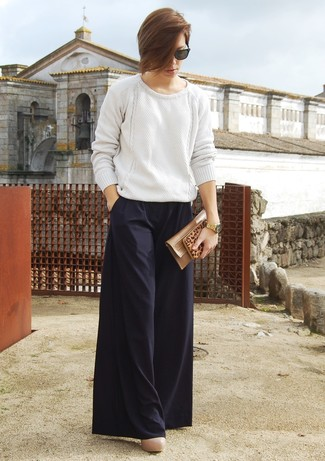 Tenue: Pull surdimensionné en tricot blanc, Pantalon large noir, Escarpins en cuir beiges, Pochette en cuir marron clair