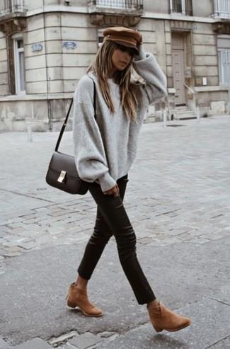 Comment porter: pull surdimensionné gris, pantalon slim en cuir noir, bottines en daim marron clair, sac bandoulière en cuir marron foncé
