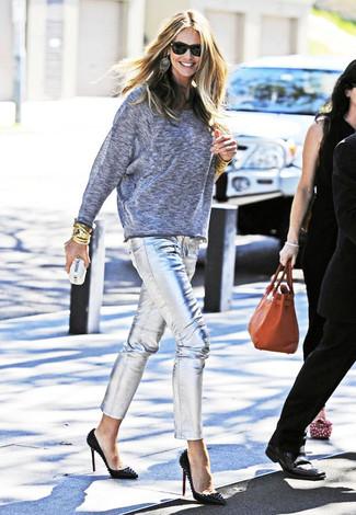 Comment porter: pull surdimensionné gris, pantalon slim en cuir argenté, escarpins en cuir à clous noirs, pochette ornée blanche