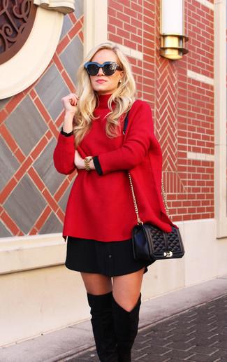 Comment porter: pull surdimensionné rouge, robe chemise noire, cuissardes en daim noires, sac bandoulière en cuir matelassé noir