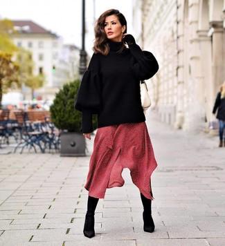 Comment porter des bottines élastiques noires: Harmonise un pull surdimensionné en tricot noir avec une robe midi á pois rouge pour une tenue raffinée mais idéale le week-end. Cette tenue se complète parfaitement avec une paire de des bottines élastiques noires.