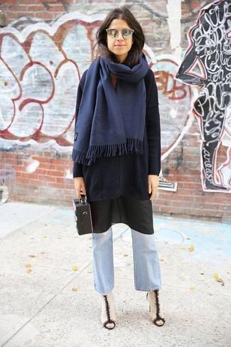 Opte pour le confort dans un pull surdimensionné noir et une écharpe. Habille ta tenue avec une paire de des bottines en cuir blanches et noires.