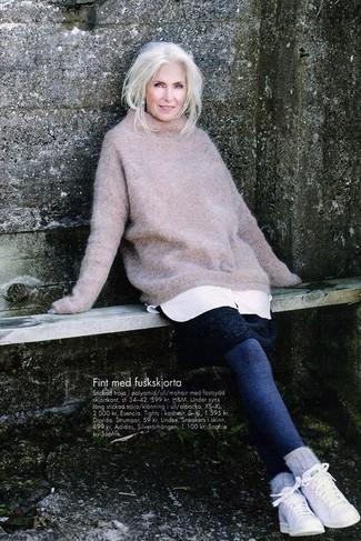 Comment porter: pull surdimensionné en tricot beige, robe-pull blanche, leggings bleu marine, baskets basses blanches