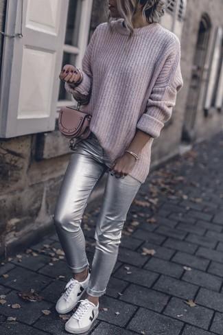 Comment porter: pull surdimensionné en tricot rose, pantalon slim en cuir argenté, baskets basses en cuir blanches, pochette en cuir rose