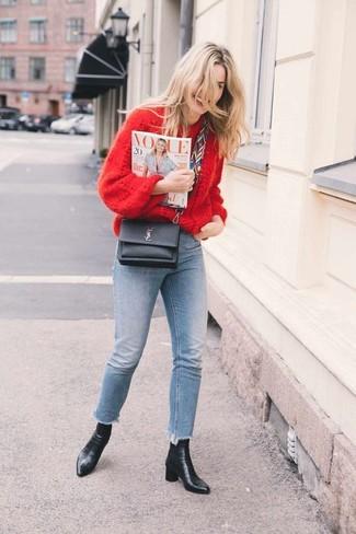 Comment porter: pull surdimensionné en tricot rouge, jean skinny bleu clair, bottines en cuir noires, sac bandoulière en cuir noir