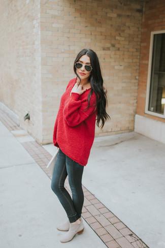Comment porter: pull surdimensionné rouge, jean skinny noir, bottines chelsea en daim grises, lunettes de soleil noires