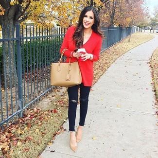 Comment porter: pull surdimensionné rouge, jean skinny déchiré noir, escarpins en daim marron clair, sac fourre-tout en cuir marron clair