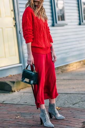 Comment porter: pull surdimensionné en tricot rouge, robe nuisette en soie rouge, bottines élastiques grises, sac bandoulière en cuir noir