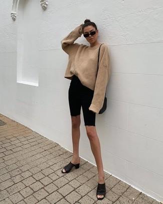 Comment porter: pull surdimensionné en tricot marron clair, short cycliste en denim noir, mules en cuir noires, sac bandoulière en cuir noir