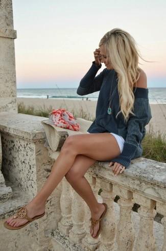 Comment porter un short blanc: Opte pour un pull surdimensionné gris foncé avec un short blanc pour un look confortable et décontracté. Si tu veux éviter un look trop formel, opte pour une paire de des tongs en cuir marron.