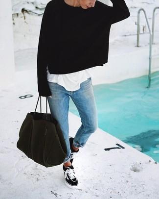 Comment porter: pull surdimensionné noir, t-shirt à col rond blanc, jean boyfriend bleu clair, baskets basses en toile noires et blanches
