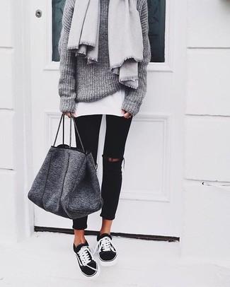 Comment porter un sac fourre-tout en laine gris foncé: Essaie d'associer un pull surdimensionné en tricot gris avec un sac fourre-tout en laine gris foncé pour une impression décontractée. Une paire de des baskets basses noires et blanches est une façon simple d'améliorer ton look.