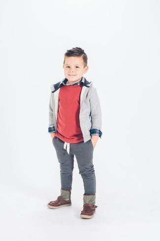 Comment porter: pull rouge, sweat à capuche gris, chemise à manches longues bleu marine, pantalon gris