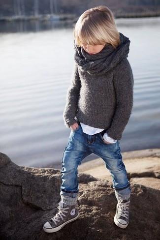 Comment porter: pull gris foncé, t-shirt à manche longue blanc, jean bleu, baskets grises