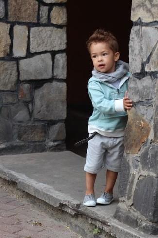 Comment porter: pull vert menthe, t-shirt gris, short gris, baskets grises