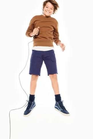Comment porter: pull marron, t-shirt blanc, short bleu marine, baskets bleu marine